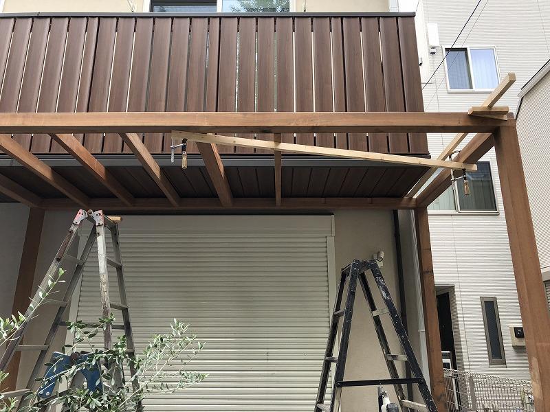 武蔵野市のパーゴラの横板を背設置している施工風景