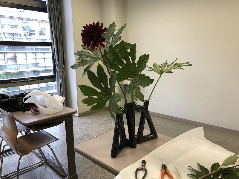 2019年の池坊夏の男花展のための花材ヤツデとダリアを一輪生け込んだ花器
