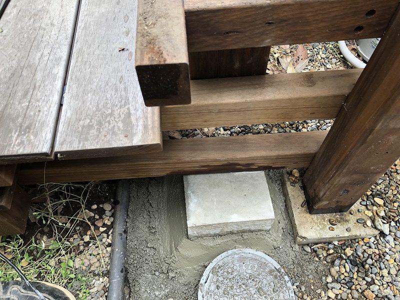 新たにパーゴラの柱をたてるための束石
