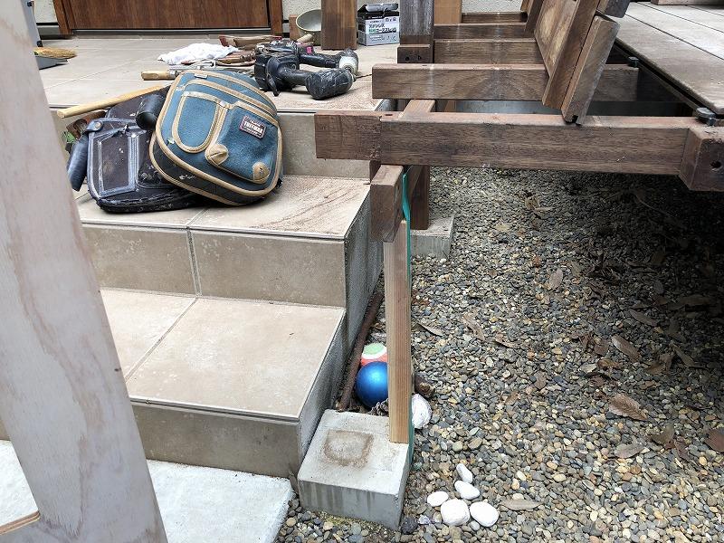 既存のウッドデッキの柱を外し仮柱でデッキがこけないよう固定