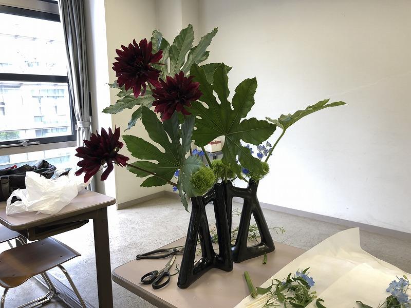 2019年の池坊夏の男花展の横からみたダリアとヤツデの生け花