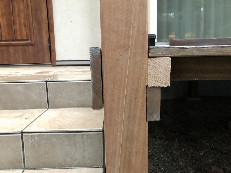 ピタっと柱が設置出来たパーゴラとウッドデッキが一体化した柱
