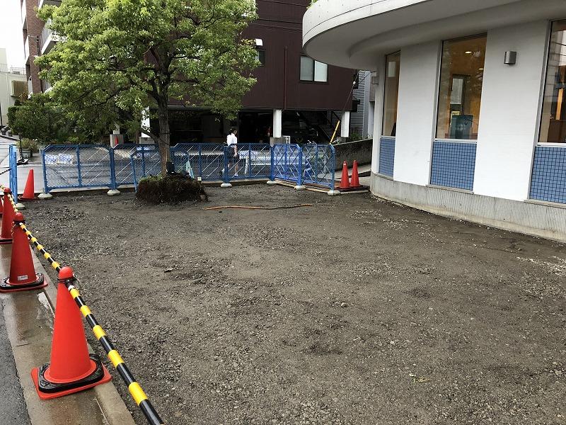 足立区の中央本町耳鼻咽喉科で路盤の基礎が出来上がった駐車場