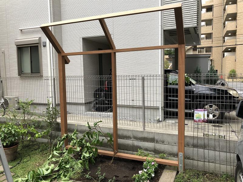 枠が完成した武蔵野市のナチュラルガーデンにマッチした誘引フェンスの骨組み