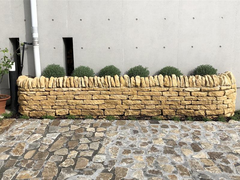 植栽帯に積まれた花壇としてのハニーストーンの石積み