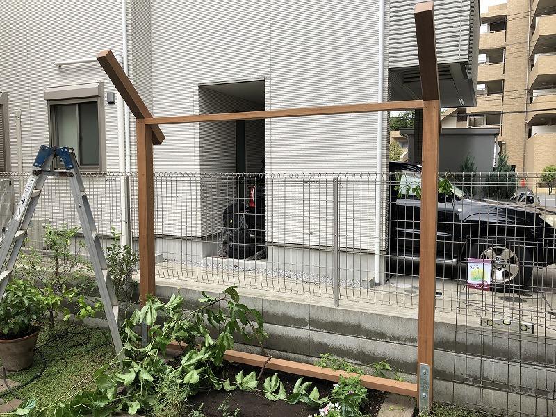 武蔵野市のナチュラルガーデンにマッチした誘引フェンスの組み立て施工風景