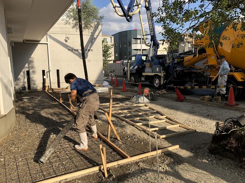足立区の中央本町耳鼻咽喉科の駐車場のコンクリートの打設作業