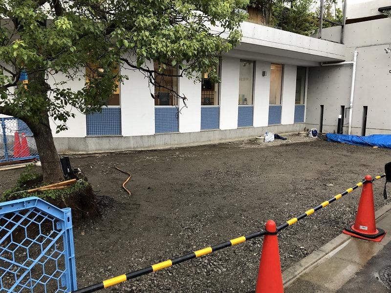 足立区の中央本町耳鼻咽喉科で路盤の基礎づくりが終了した駐車場