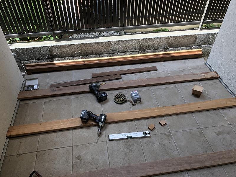 ウッドデッキを制作中の武蔵野市の個人邸の中庭