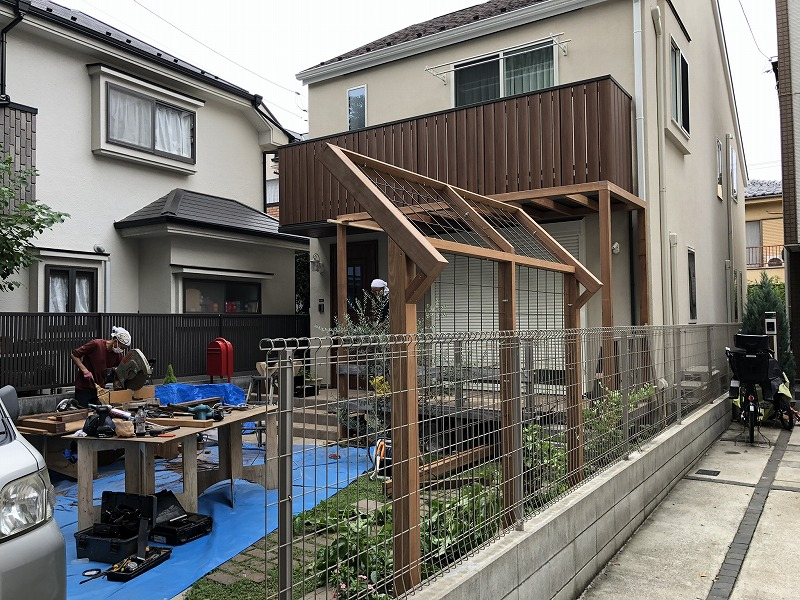 武蔵野市のナチュラルガーデンにマッチしたハードウッドでつくった誘引フェンス