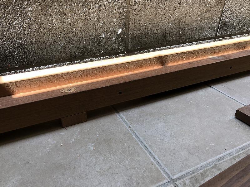 ウッドデッキの床板を受けるL字に作られたウッドデッキの足