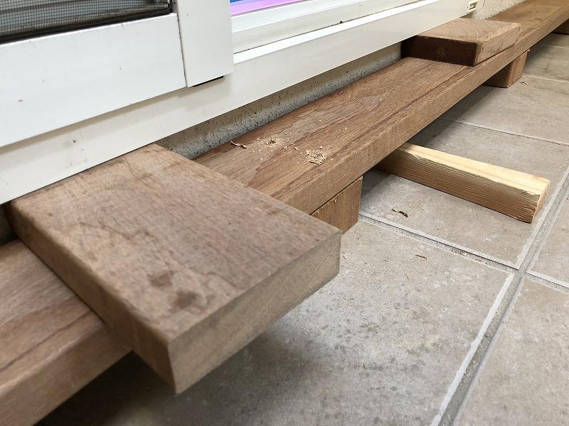 ウッドデッキの床板の高さを調整しながら施工する丁寧な仕事