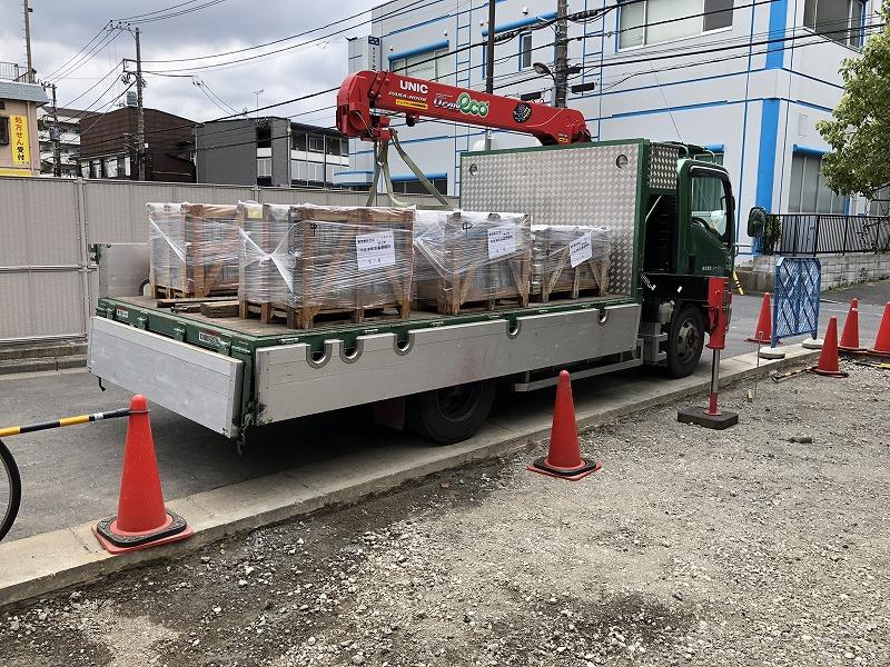 足立区の中央本町耳鼻咽喉科の駐車場のための自然石の搬入