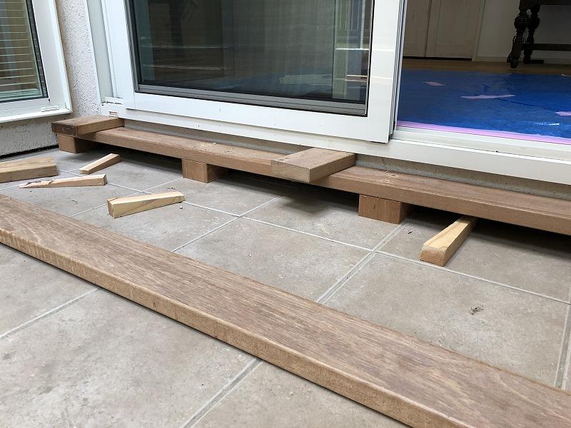 家の床とウッドデッキの段差を近づける施工方法