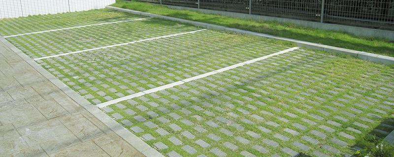 ブロックエリアの50%を緑化することが可能なブロックでできた駐車場