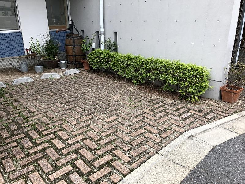 緑がなくなった中央本町耳鼻咽喉科の緑化ブロックの駐車場