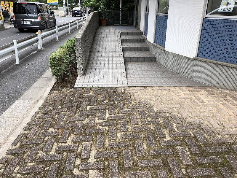 緑化ブロックで歩くことが困難な足立区の中央本町耳鼻咽喉科のエントランス