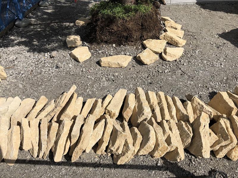 石積みの準備のため大きさ別に並べられたイギリスのコッツウォルズ地方のハニーストーン