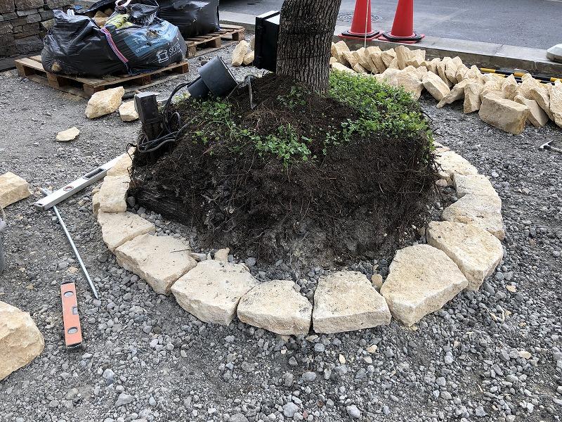 イギリスのコッツウォルズ地方の自然石ハニーストーンを使って一段目が綺麗に積まれた円形花壇