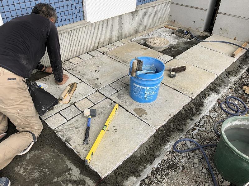 手作業で自然石を張っていく造園会社ぐりんぐりんの職人さん