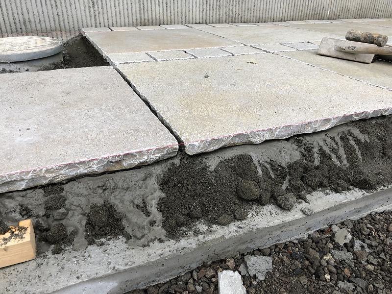 バリアフリーのアプローチのための自然石の施工法