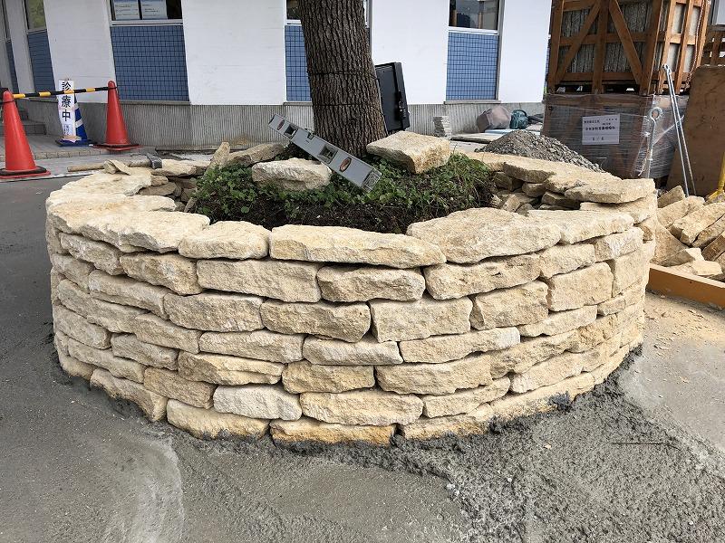 イギリスのコッツウォルズ地方のハニーストーンでの施工が終わった円形花壇