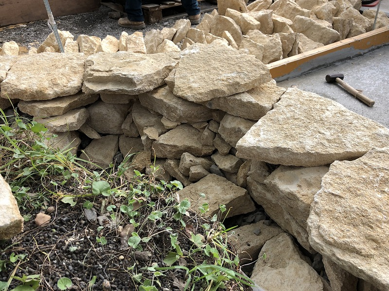 イギリスのコッツウォルズ地方のハニーストーンの石積みの内側