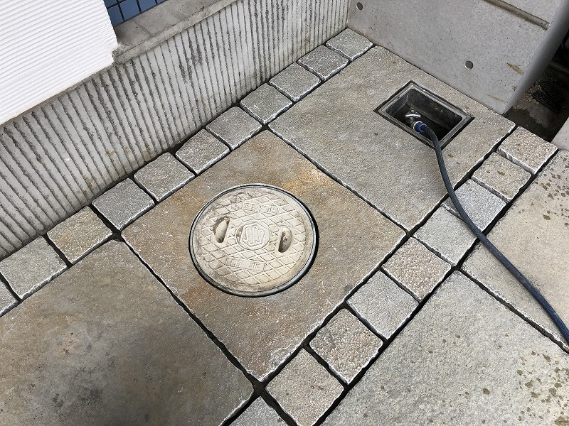 足立区の中央本町耳鼻咽喉科の駐車場ため美しく加工した石張り