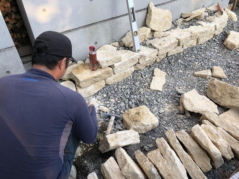 粛々と作業を行う仙台の石積み職人