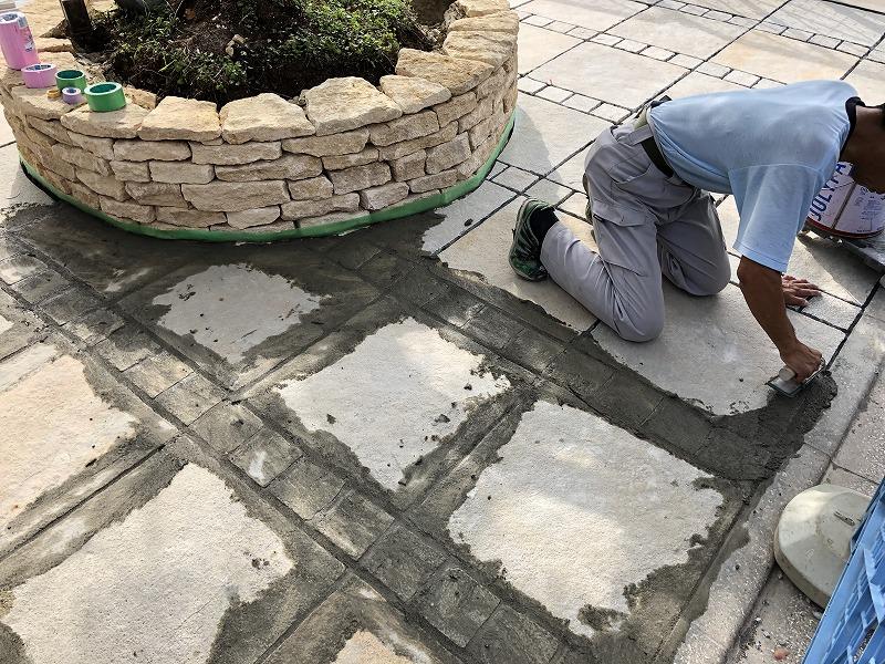 石張りの目地にモルタルを入れる石張り職人さん