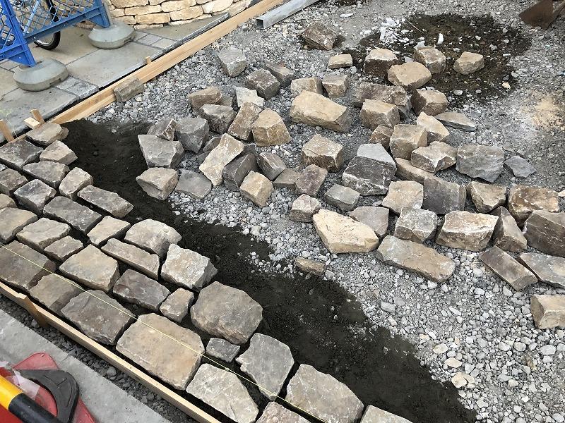 自然石の駐車場のため端からモルタルで固定されていく自然石