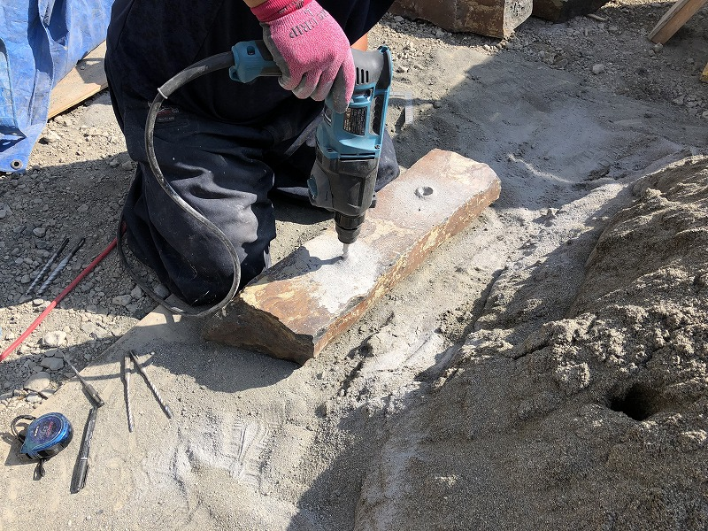 車止めのための六方石に動かないようにするための加工を施す