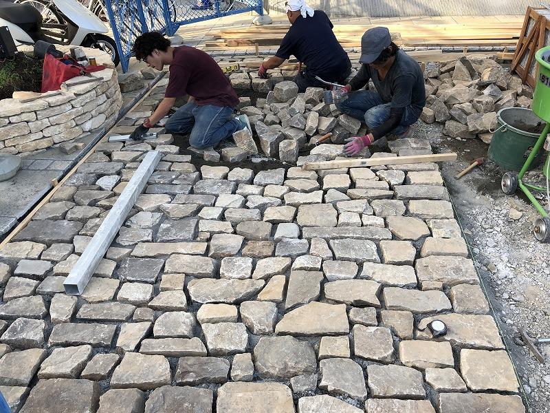 石積みの職人さん達が石の駐車場を施工する