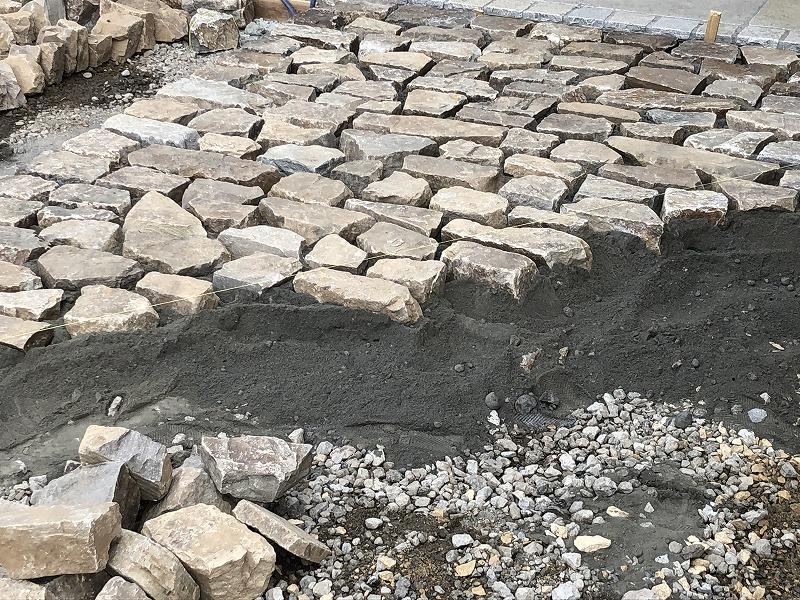 足立区の中央本町耳鼻咽喉科で自然石の駐車場づくり