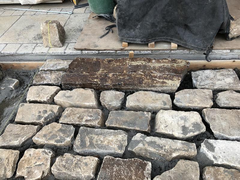 車止め周りに施工された自然石の駐車場