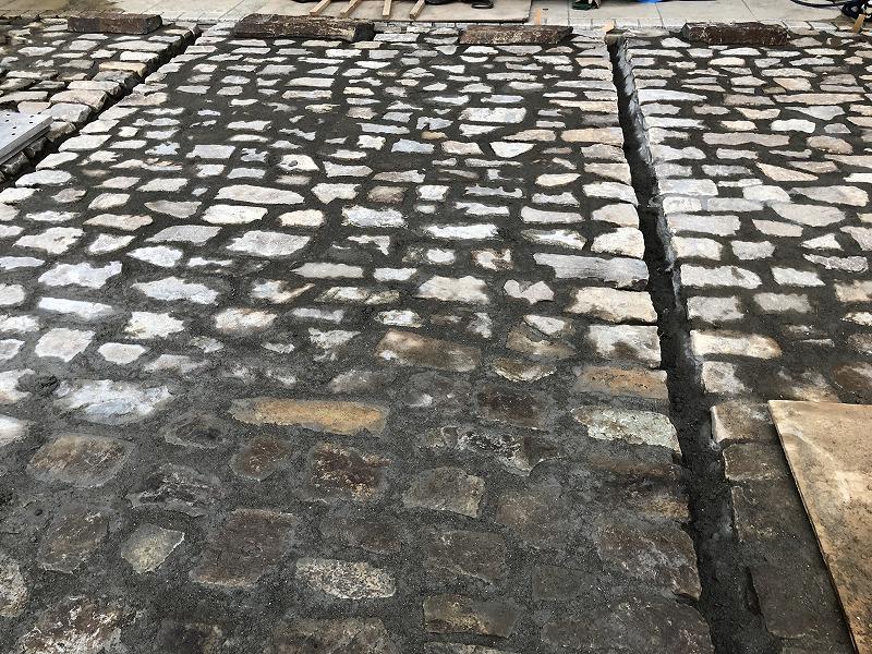 目地にモルタルをいれて自然石の駐車場が完成