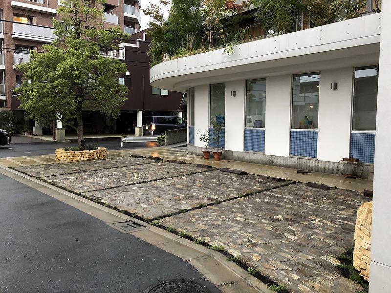 完成した足立区の中央本町耳鼻咽喉科の自然石の駐車場