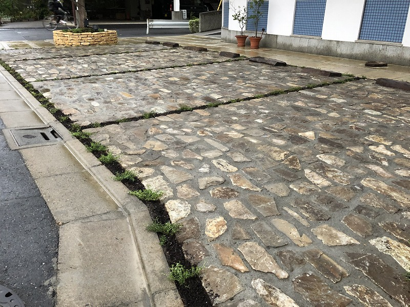完成した足立区の中央本町耳鼻咽喉科の石の駐車場