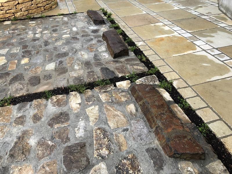 昔から日本で使われてきた六方石を車止めに使った駐車場