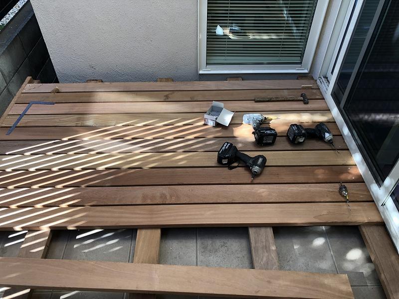 順番にウッドデッキの床板が付けられていく武蔵野市の個人邸