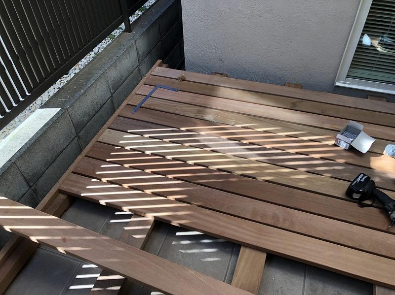 ウッドデッキの床板の施工