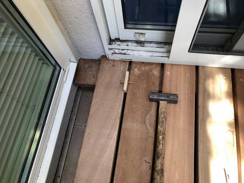 床板のハマり具合を確認しながら正確な仕事をする