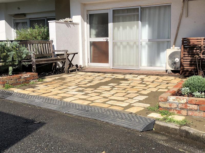 杉並区で施工したアンティークレンガの花壇と自然石の駐車場