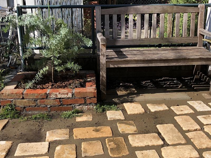 杉並区で施工したナチュラルガーデンのアンティークレンガの花壇と木製ベンチ