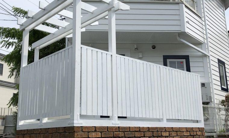 白色に塗装した横浜市のパーゴラとフェンスとウッドデッキの塗り直しメンテナンス