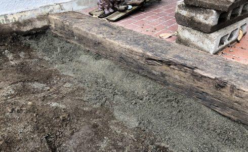 室内へ土が入ってくるのを止める土留めの枕木