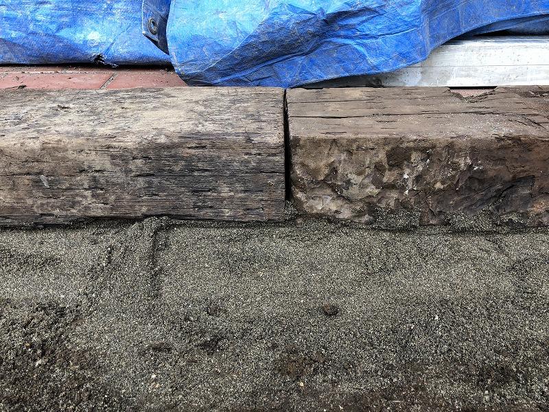 土留めとしての枕木のつなぎ目を埋める
