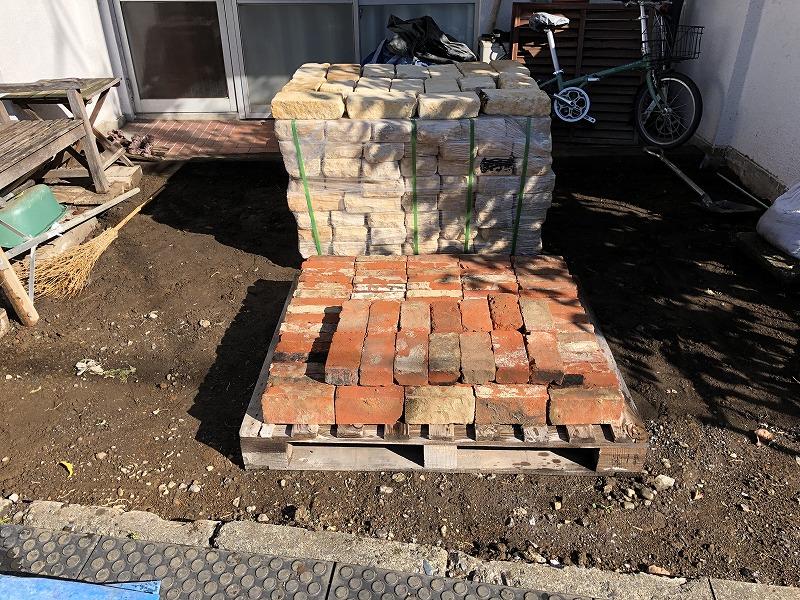 杉並区のナチュラルガーデンのために搬入した自然石とレンガ