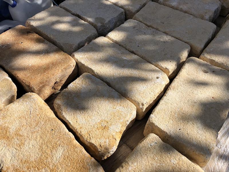 明るいナチュラルガーデンにはオススメする自然石のベイジストーン