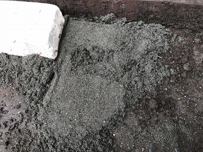 自然石をセメントなしで固定するための砂